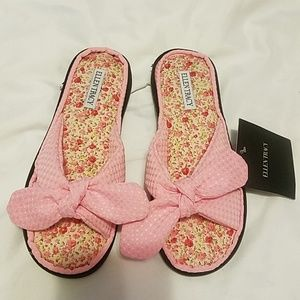 Ellen tracy fabric slipper.